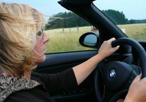 Frau am Lenkrad eines BMW