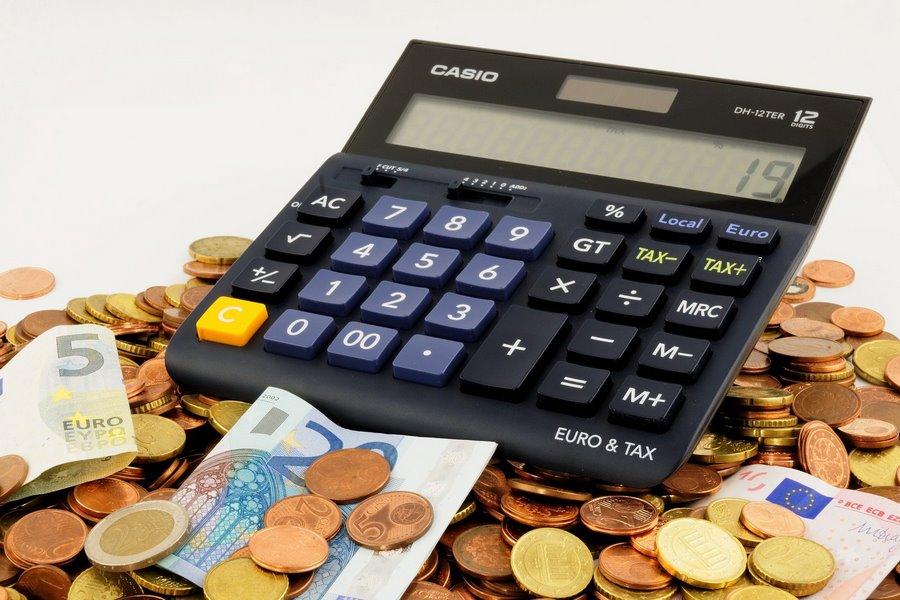 Taschenrechner mit Euroscheinen und Münzen