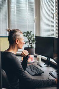 Mann bildet sich am Computer weiter