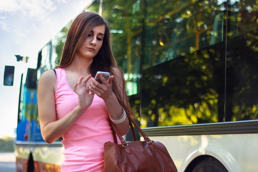 Frau mit Handy im Straßenverkehr