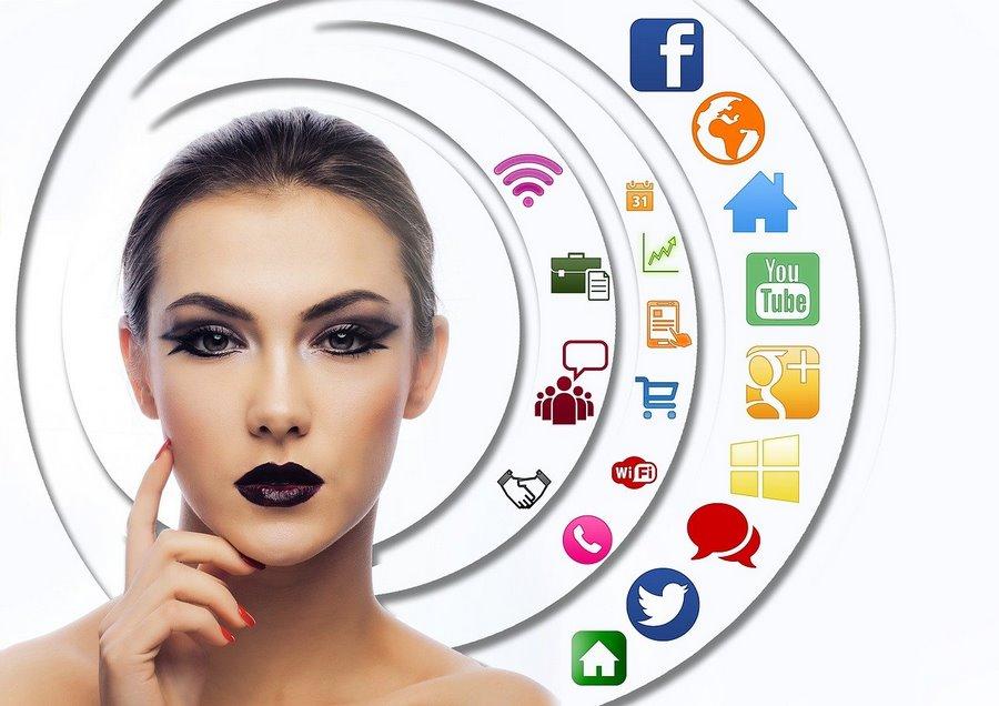 Frau mit Apps graphisch angeordnet
