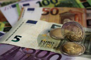 Euroscheine und Münzen als Symbol für Kurzkredit