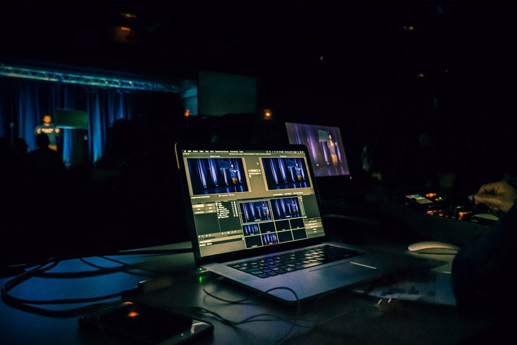 Laptop als Arbeitsplatz für Streaming Job